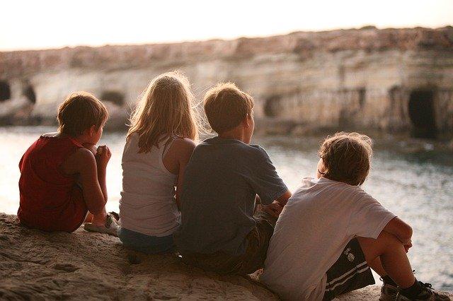 děti sedí zády