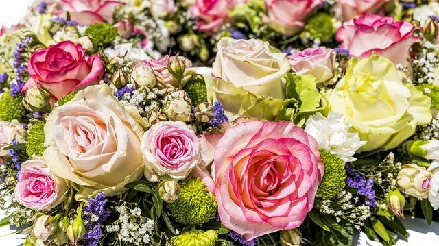 kytice různobarevných květin